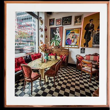 Schöner ovaler Tisch mit vielen Bildern und Aussicht auf die Hauptstraße